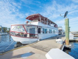 NOT YOUR TYPICAL HOUSEBOAT: 60 FEET OF FUN!