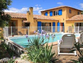 Villa avec piscine privative, idéale pour séjours familiaux.