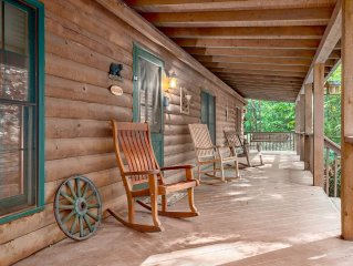 Bears Den, Close to Downtown, Fireplace/Hot Tub/WiFi/ Pet Friendly