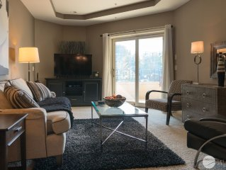 Grand Retreat: 2 BR Condo-Centrally Located & Tastefully Decorated (Sleeps 4)