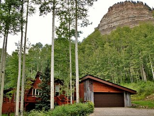3 BR Cabin w/Loft Sleeps 12 - 3 Miles to Ski - Private Hot Tub - Pet Friendly
