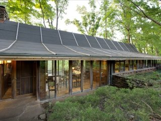 Deepwood House-Architectural Masterpiece in Woods Minutes from U of A Campus