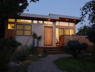 Artful Abode: Views, RoofDeck, Indoor/Outdoor Flow. EZ stroll to Pearl & Trails!