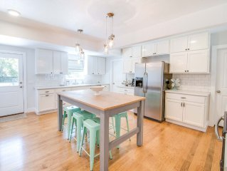 The Juniper House: A Light and Bright Roomy Cottage - 8 Blocks to Main!