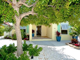 Desirable North End, Steps to the Best Beach, 2/2 Luxury Cottage/Heated Pool!