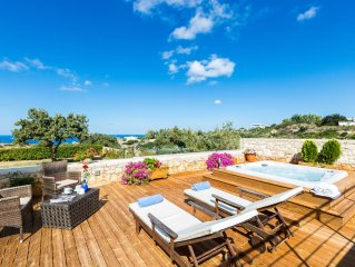 Total privacy, Hot tub, Huge outdoor area.Located next to the city of Rethymno!