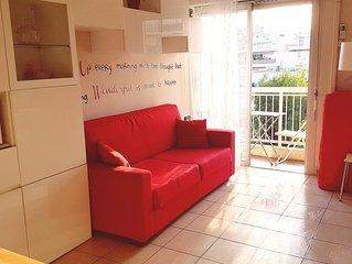 Studio, 40 mt dal mare, 10 min dal centro 5 piano, wifi, aria cond, sat, balcone