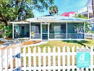 Charming Sea Largo Cottage! Pet Friendly! Fenced Yard!  3 Blocks to Beach!