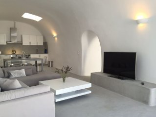 Our Island OASIS  (3000 sq ft of Living Space) Walk to Fira!