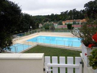 Villa tout confort surplombant piscine-tennis dans résidence paysagée sécurisée