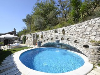 Villa Ingrid: Una caratteristica villa su due piani situata su una collina.