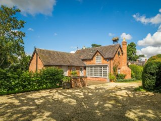 Cotswold Country Cottage, peaceful location close to Stratford Upon Avon