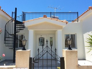 Spacious detached villa. 3 double bedrooms Close to Coral Bay strip and beach.