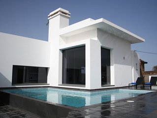 Luxury, stylish and contemporary 3 bedroom villa, free WiFi