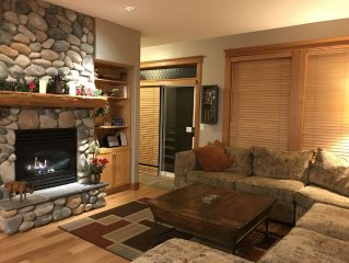 Fabulous townhouse, ski in/ski out, private hot tub, sleeps 7