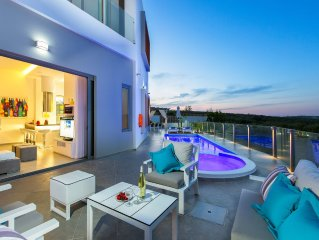 Villa Chara! Heated pool, outdoor Jacuzzi, gym, ping pong, playground and bikes!