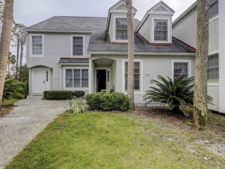 3 Bedroom Pet Friendly Townhouse with Lagoon & Golf Views. Bike to the Beach!