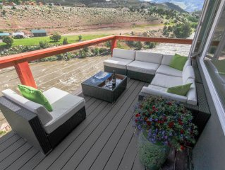 Two minutes from Yellowstone Park with private river access, 30ft. deck and BBQ.