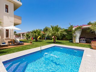 Villa Dimtrios, luxury! With jacuzzi, private pool, gym, ping pong & playground!