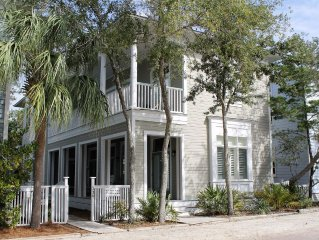 5 BR, 5 BA sleeps up to 12, walk or bike to beach, restaurants, shopping, pools