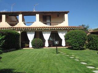 Baja Sardinia-Costa Smeralda. Villa panoramica con giardino a due passi dal mare