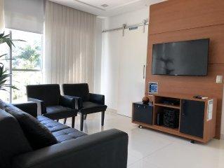 Apto Clean no Guarujá, ar-condicionado, TV à cabo, wi-fi; 200 metros da Enseada