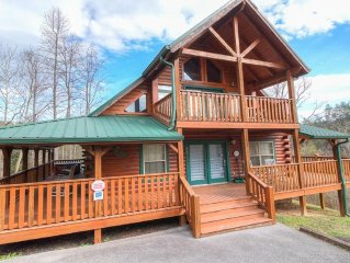 Luxury 3bd cabin conveniently located, fully functional