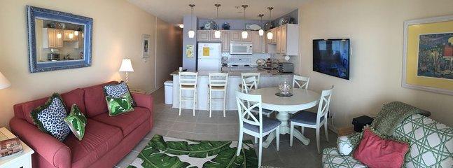 sala de estar actualizado con vistas frontales al mar hermosa