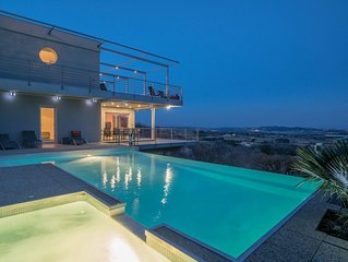 Contemporary villa in Provence, exceptional views, heated pool and jacuzzi