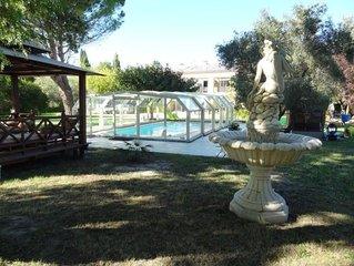 Gite avec piscine couverte et chauffee, jacuzzi, 10 couchages, Avignon