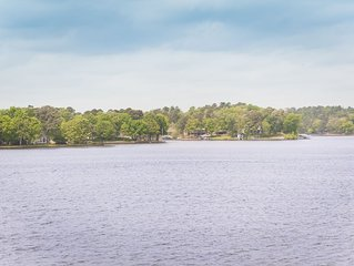 Lake Front Condo on Lake Hamilton WiFi Centrally Located Pool 2nd Floor