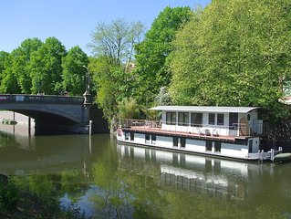 Single house with small garden right on the water = houseboat in the center of