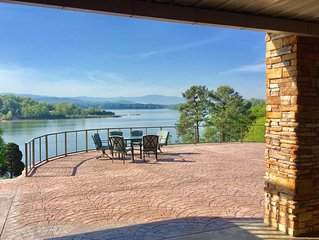 Lake front with 7 bedrooms (4 master suites) 5 baths