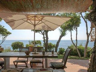 Villa  sul mare con terrazze,giardino e prati intorno accesso diretto al mare