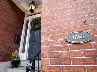 WALK TO FANUEIL HALL, 4 bedroom Historic Brick Townhome on Gas lit street