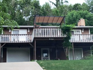 BEAUTIFULLY DECORATED LAKE VIEW HOME. CLOSE TO KENYON COLLEGE AND MOUNT VERNON.