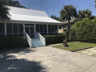 Tybee Cottage, Pet Friendly, 1 block off Butler, Hot Tub, Fire Pit, 3br/2ba