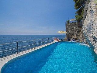 Villa Bice: Una splendida e luminosa villa su due piani costruita a picco sul ma
