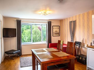 1 Minute To Tube, Great 2 Bed Flat, Close To Shops & Buses, Wifi & All You Need!
