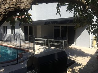 Heated pool in private garden, BBQ, family friendly location in South Miami