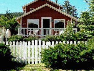 Charming Hilltop Cottage Near Downtown Estes with Views and *WIFI* Parking!