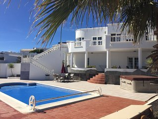 Luxury Villa with Sea Views, Heated Pool, Outdoor Hotspa Jacuzzi.SkyTV and WiFi