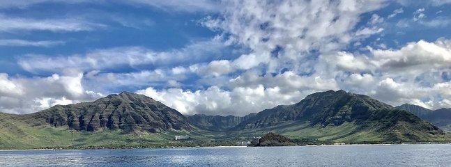 La maison est au milieu de ces deux montagnes - Vue de la vallée de Makaha depuis la mer