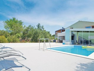4 bedroom accommodation in Stratincica