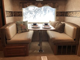 The Rambling Rose - Cozy Rv in tranquil setting in town