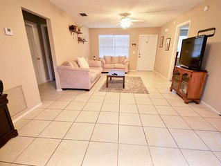 Cute 3 bedroom home in Jensen Beach area. 10 min to Beaches!