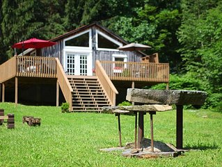 Cozy, romantic getaway in beautiful Roan Mountain, Tennessee.... New hot tub!