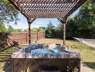 Hummingbird Manor - Relax in Hot Tub in Private Backyard with fire pit area