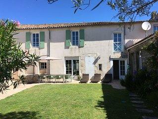Grande maison de charme au coeur du village de la Couarde proche des plages...