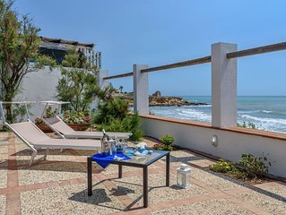 Elettra, villa facing the sea, on a cliff, just 20 m from the sandy beach